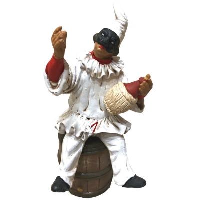 Pulcinella in terracotta con fiasco di vino seduto su botte 15 cm