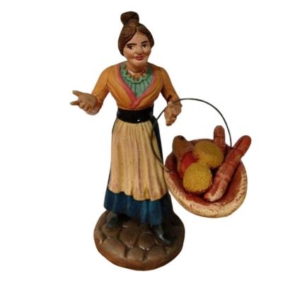 Donna con cesto di salumi in terracotta 12 cm