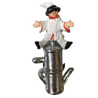 Pulcinella con macchina da caffè in terracotta con magnete