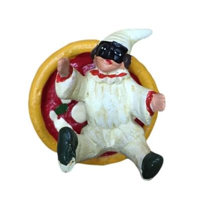 Pulcinella con pizza in terracotta con magnete