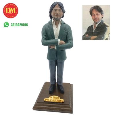 Statuina con il tuo volto da 25 cm su piedistallo e con etichetta