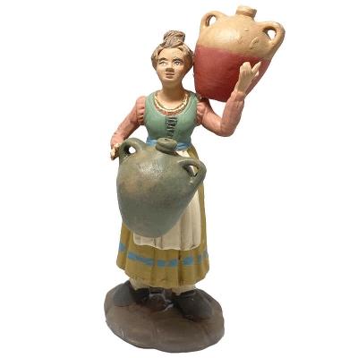 Donna che porta brocche di acqua in terracotta 15 cm