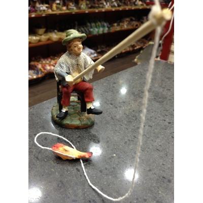 Pescatore con canna in terracotta con vestiti di stoffa 10 cm
