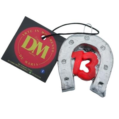 Ferro di cavallo con numero 13 in terracotta con magnete