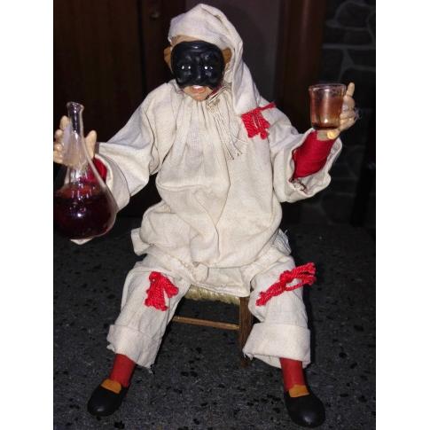 Pulcinella stile 700 con fiasco di vino seduto su sedia 15 cm
