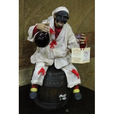 Pulcinella stile 700 con fiasco di vino seduto su botte 40 cm