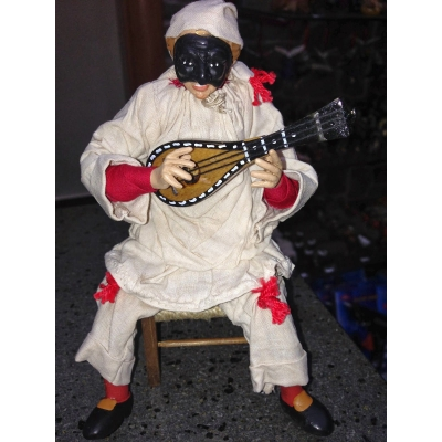 Pulcinella stile 700 con mandolino seduto su sedia 15 cm