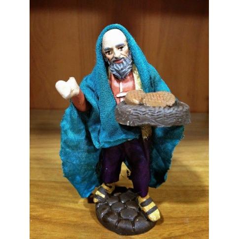 Uomo con cesto di biscotti in terracotta con vestiti di stoffa 10 cm