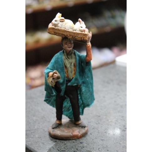 Uomo con conigli in terracotta con vestiti di stoffa 12 cm