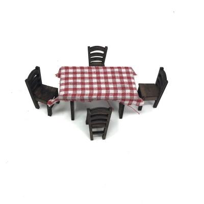 Tavolo con sedie in legno per pastori da 7 cm