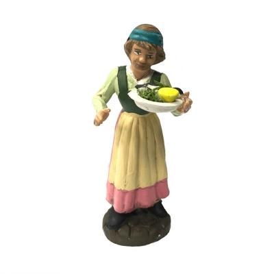 Donna con piatto pesce fresco in terracotta 10 cm