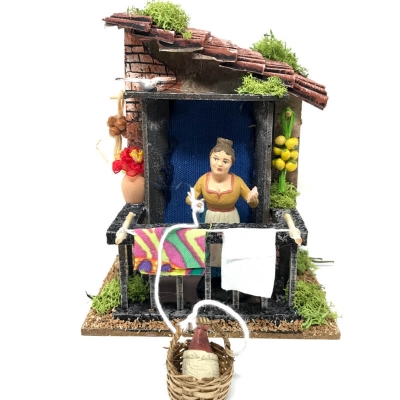 Casa Napoletana con donna che abbassa il paniere