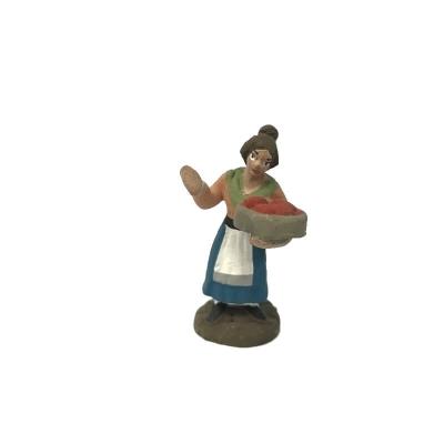 Donna con cesto di pomodori in terracotta 4 cm