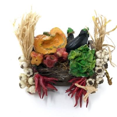 Cesto con verdure, aglio e peperoncino in cera