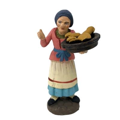 Donna con cesto di ciambelle in terracotta 10 cm
