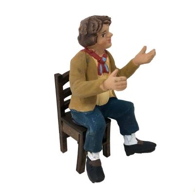Uomo seduto su sedia in legno 10 cm