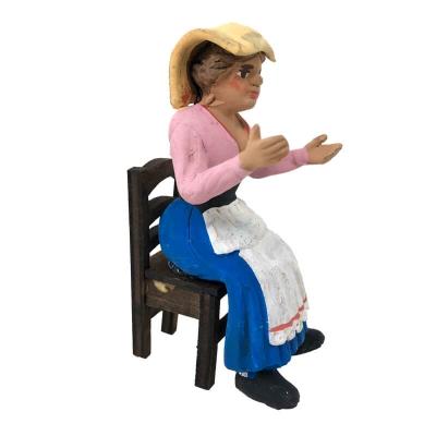 Donna seduta su sedia in legno 10 cm