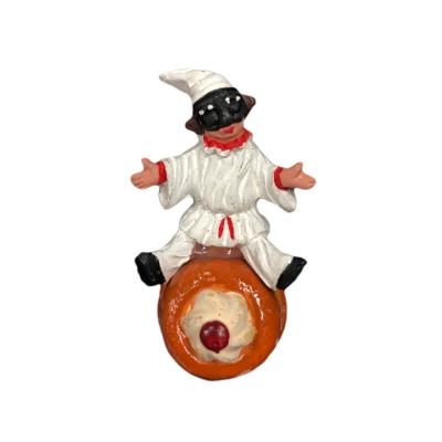 Pulcinella con babà in terracotta con magnete