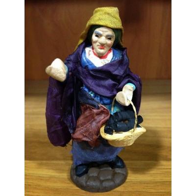 Donna con cesto di melenzane in terracotta con vestiti di stoffa 10 cm