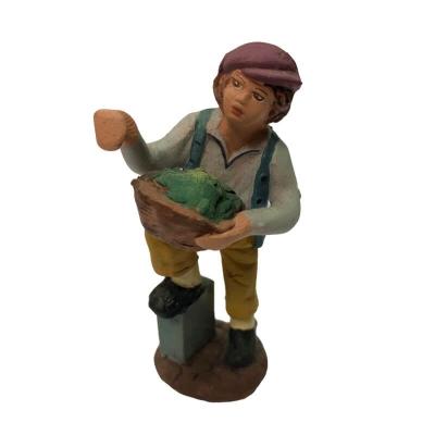 Uomo con cesto di verdure