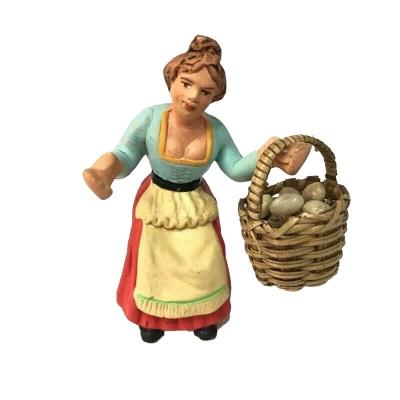 Donna con cesto di uova in terracotta 10 cm