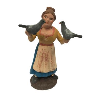 Donna con piccioni in terracotta 10 cm