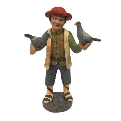 Uomo con piccioni in terracotta 10 cm
